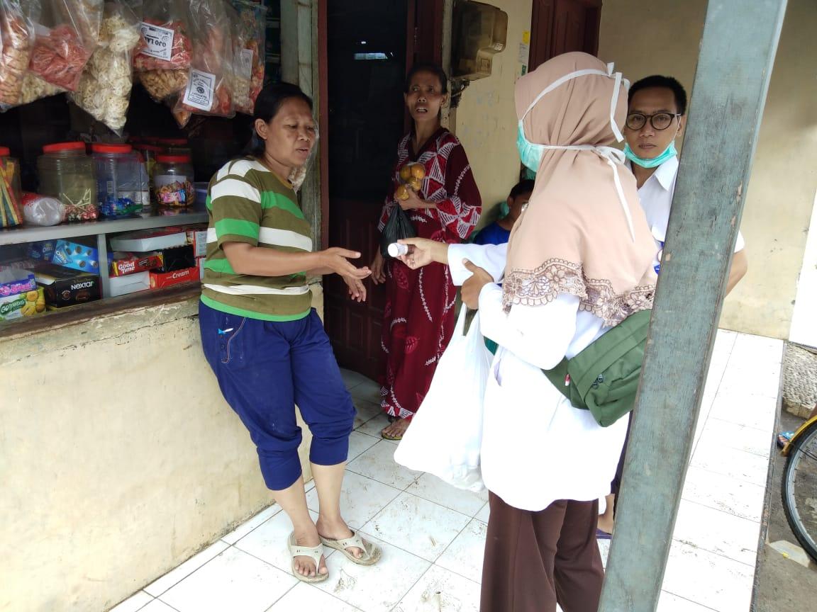 Puskesmas Sokorejo berkeliling ke titik-titik banjir sambil memberikan obat-obatan
