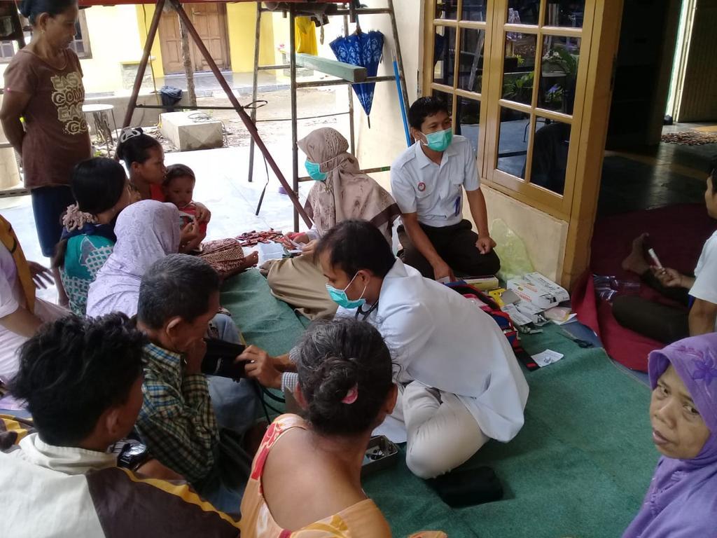 Pelayanan kesehatan bagi masyarakat terdampak banjir di Kelurahan Jenggot.